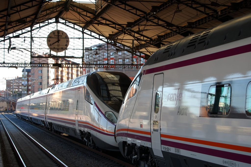 Trenes serie 114 en Valladolid-Campo Grande.