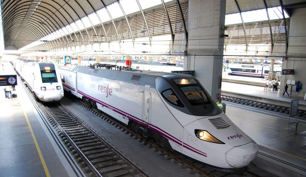 Trenes en Sevilla-Santa Justa. En primer plano, uno de la serie 130.