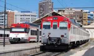 Trenes de Renfe Cercanías estacionados en Alicante.