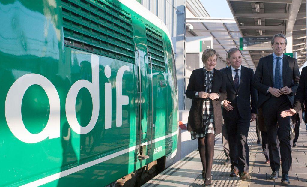 El ministro Íñigo de la Serna en una visita a instalaciones ferroviarias.