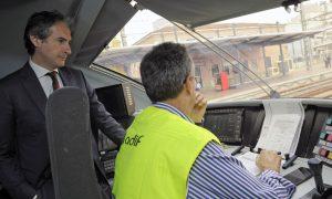 El ministro De la Serna en la cabina de un tren laboratorio de Adif.
