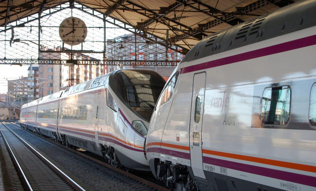 Trenes s/114 del servicio Avant Madrid-Valladolid estacionados en Campo Grande.