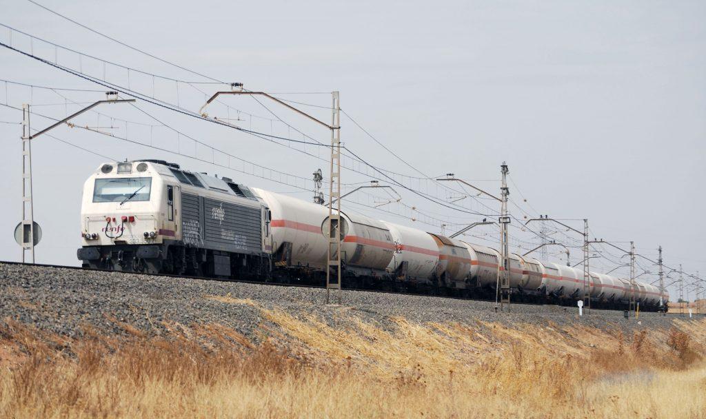 Tren de Renfe Mercancías con la locomotora diésel 333-350 en cabeza.