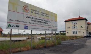 Imagen de archivo de la estación de Aranda de Duero-Montecillo con un cartel informativo.