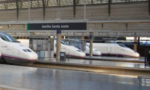 Trenes s/100 estacionados en Sevilla-Santa Justa.