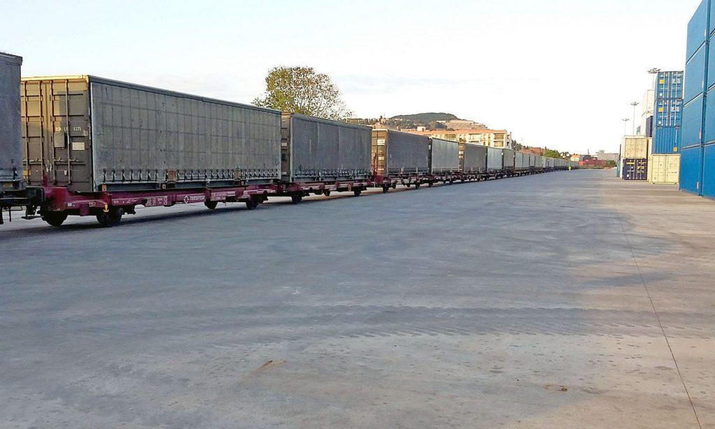 Tren de contenedores estacionado en la terminal intermodal de Barcelona-Can Tunis.