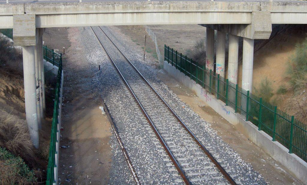 Infraestructura de Adif en ancho ibérico. Línea de vía única y sin catenaria.