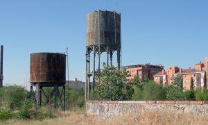Depósitos de agua en la antigua playa de vías de Madrid-Delicias.