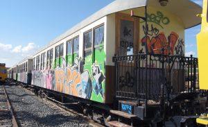 Composición fuera de servicio del tren turístico 'Limón Exprés'.