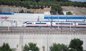 Tren de Alta Velocidad de la serie 103 en las proximidades de Madrid.