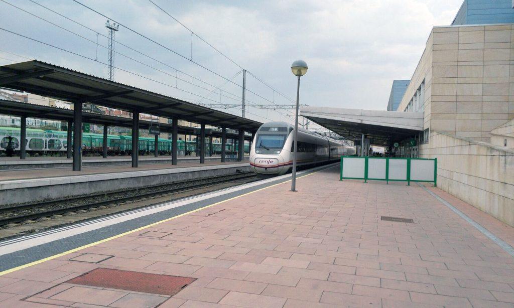 Servicio Alvia en el andén principal de la estación de Salamanca.