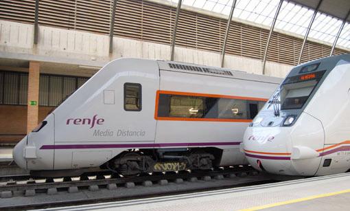 Automotores diésel estacionados en Sevilla-Santa Justa.