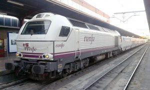Locomotora diésel de la serie 334 en la estación de Madrid-Chamartín.