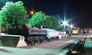 Imagen nocturna del Museo del Ferrocarril de Asturias.