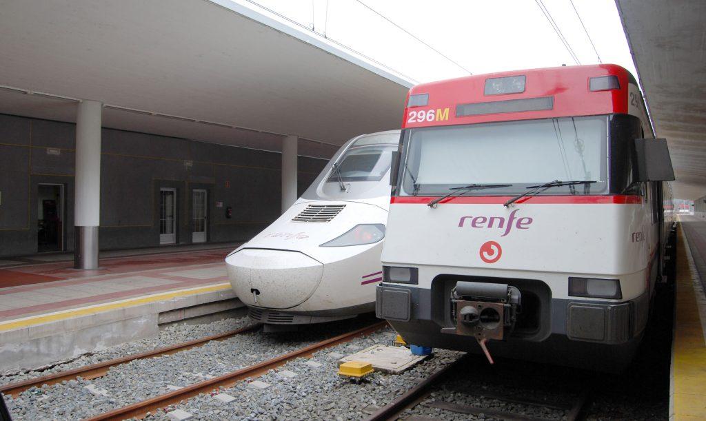 Unidad de Cercanías s/447 en la estación de Santander.