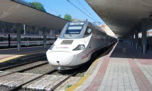 Servicio Alvia estacionado en Santander.