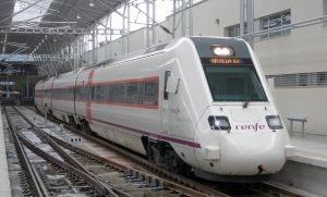 Tren diésel para servicios de Renfe Media Distancia estacionado en Málaga-María Zambrano.