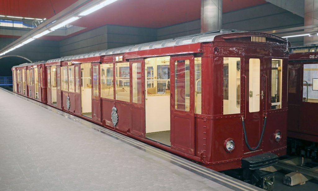 Tercera composición de coches históricos de Metro de Madrid estacionada en Chamartín.