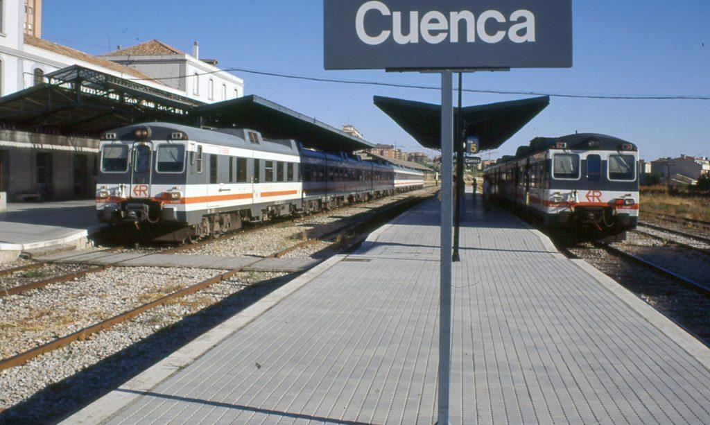 Cruce de automotores s/592 en la estación de Cuenca.