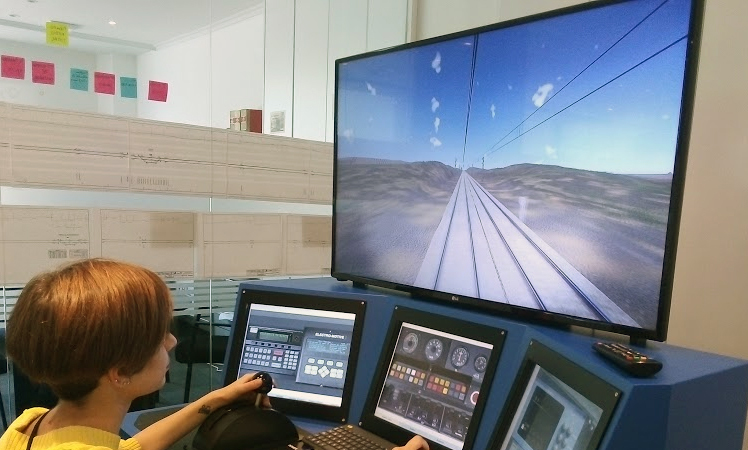 Alumna de un curso de maquinistas en el simulador de conducción de TL.